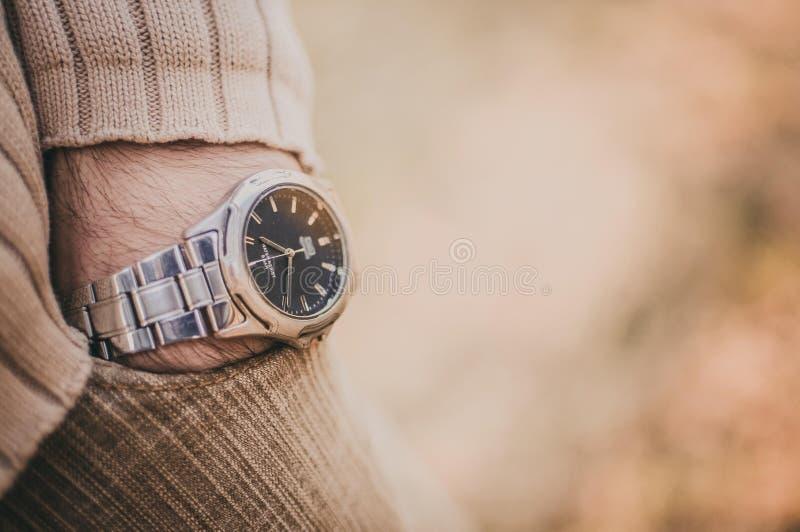 Homme tenant sa main dans la poche avec l'horloge sur le bras photos libres de droits