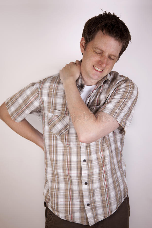 Homme tenant son épaule en douleur photos libres de droits