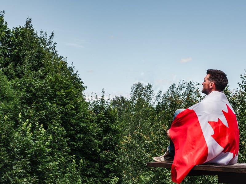 Homme tenant un drapeau canadien Vacances nationales image libre de droits