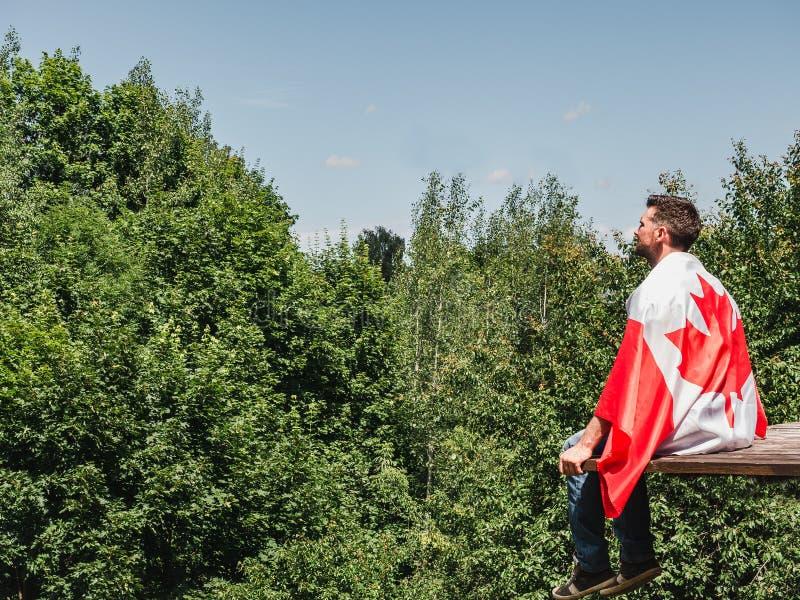 Homme tenant un drapeau canadien Vacances nationales photo stock