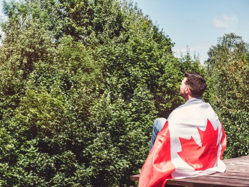 Homme tenant un drapeau canadien Vacances nationales photos libres de droits