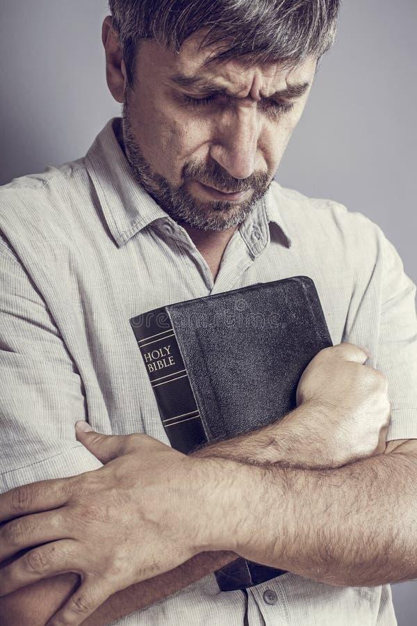 Homme tenant une bible image libre de droits