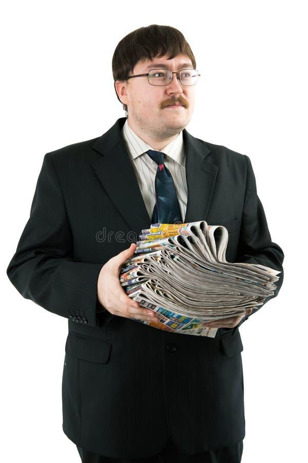 Homme tenant une pile de journaux photos libres de droits