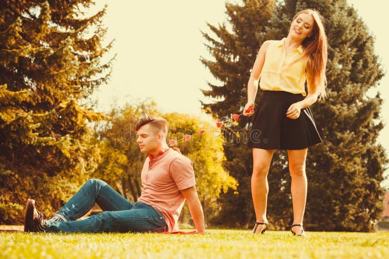 Download Homme Tenu Par L'amour Sur La Chaîne Image stock - Image du nique, girlfriend: 77163361