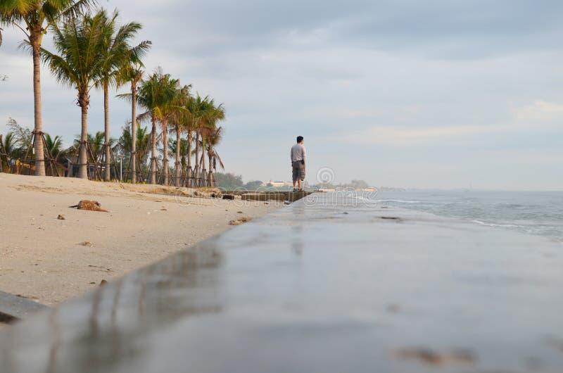 Homme thaïlandais se tenant sur la plage de Chao Samran de chapeau photographie stock
