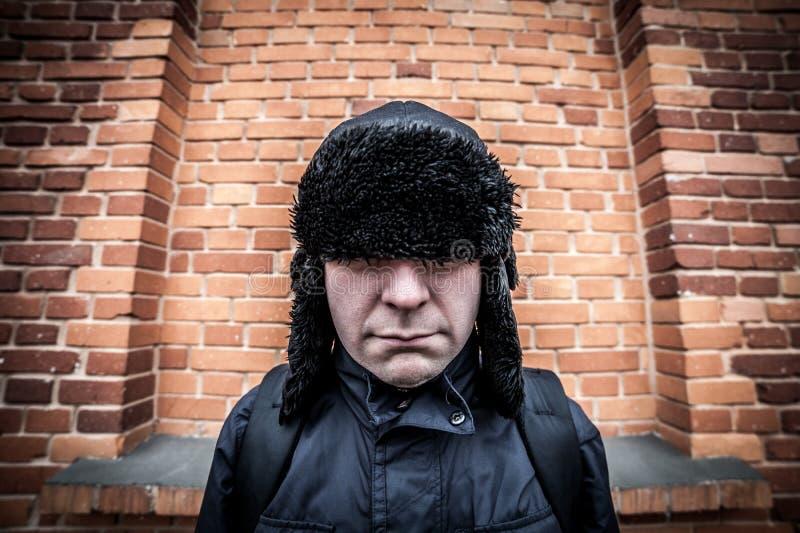 Homme timide déçu drôle se cachant dans son chapeau image stock