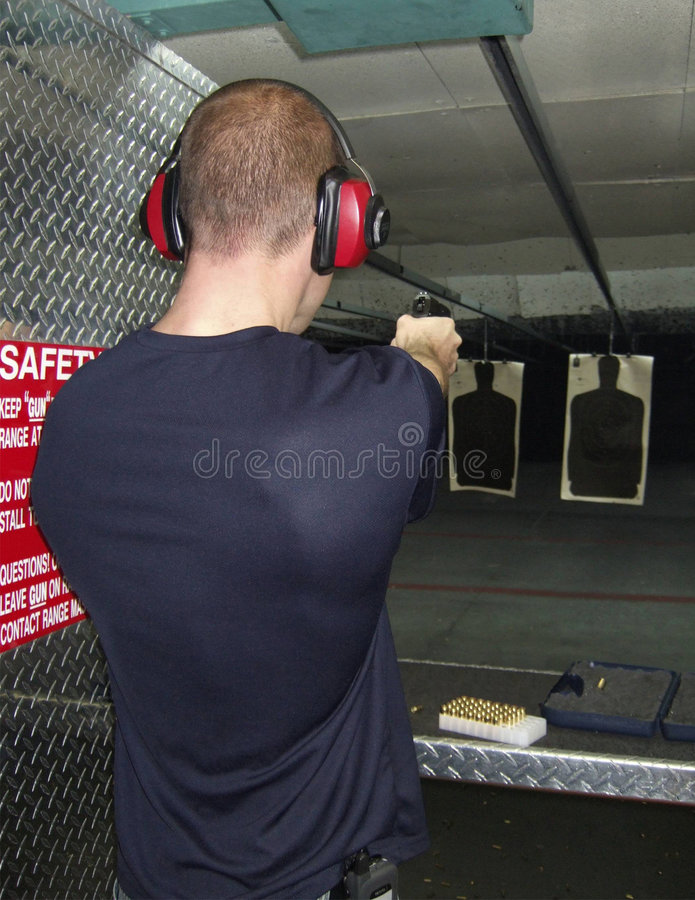 Homme tirant un canon images stock