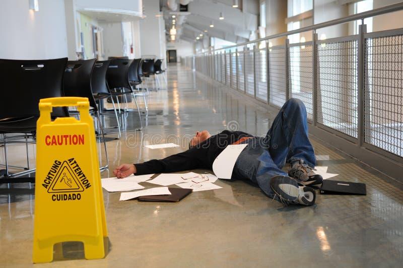 Homme tombé sur l'étage humide images libres de droits