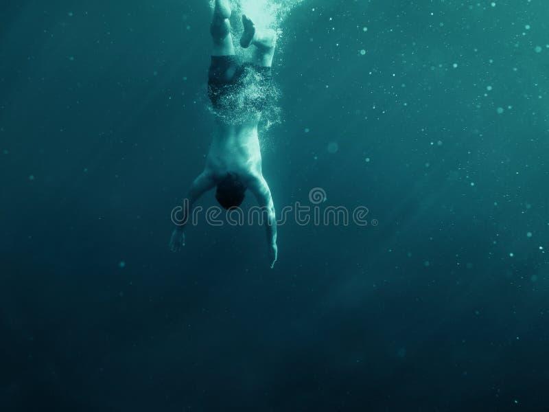 Homme tombant dans l'eau Projectile sous-marin Vacances, sports et concept actif de risque de mode de vie image stock