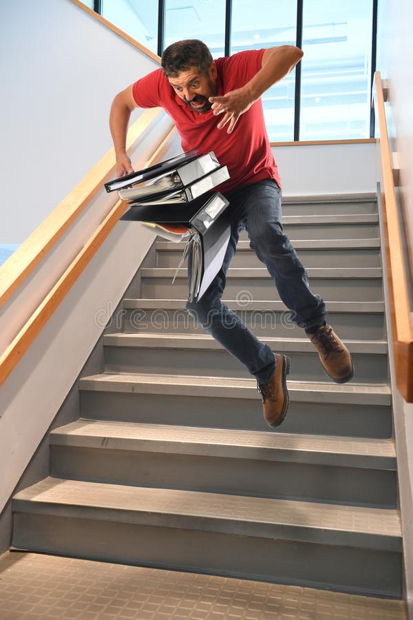 homme tombant sur des escaliers image stock