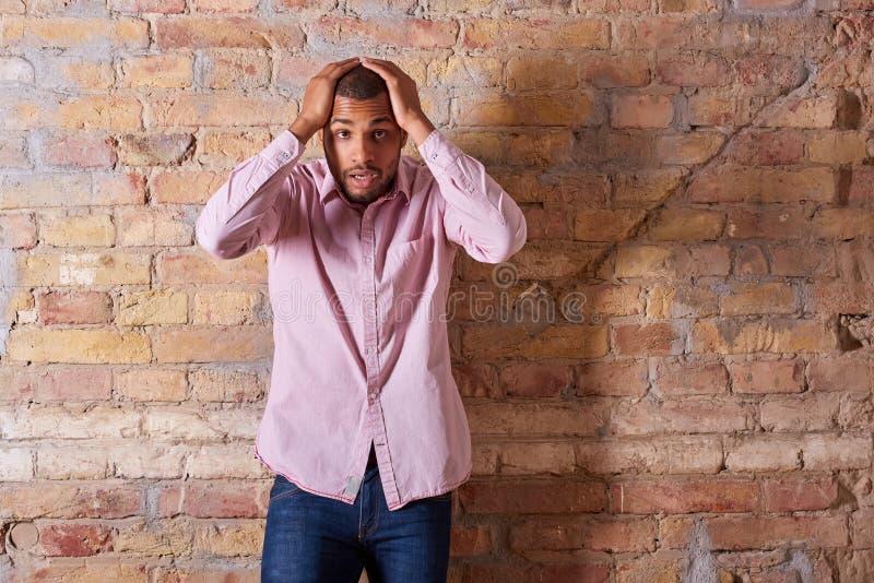 Homme ?tonn? dans la chemise rose image stock