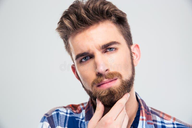 Homme touchant sa barbe image libre de droits