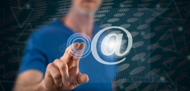 Homme touchant un concept d'email illustration de vecteur