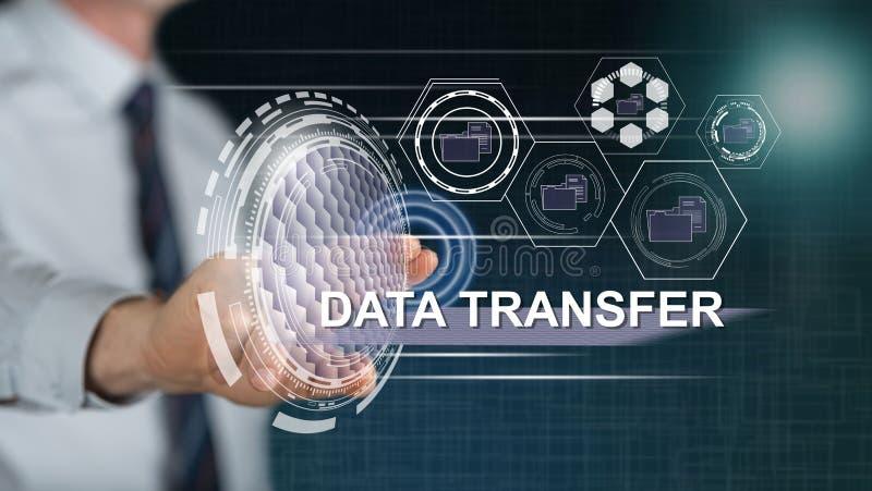 Homme touchant un concept de transfert des données photo libre de droits