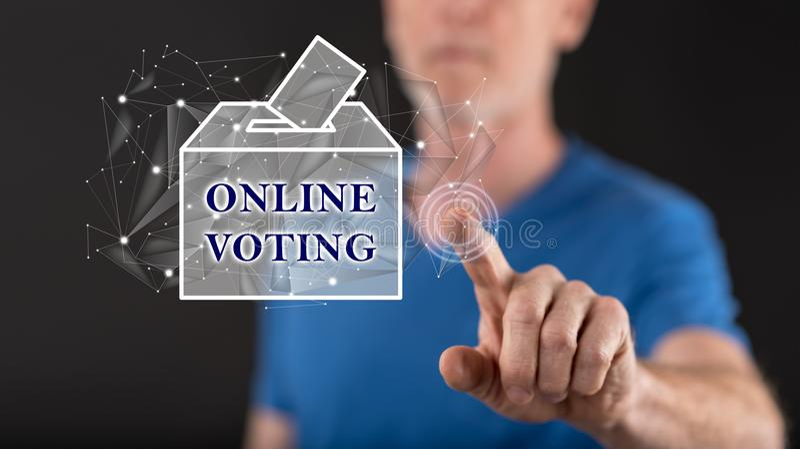 Homme touchant un concept de vote en ligne photographie stock libre de droits