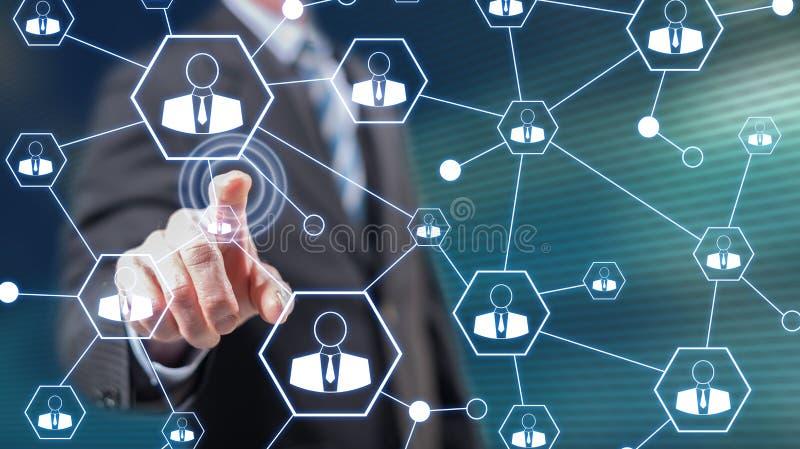 Homme touchant un réseau social image libre de droits