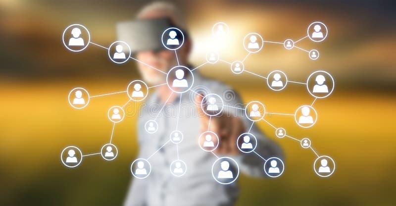 Homme touchant un réseau social de media image libre de droits