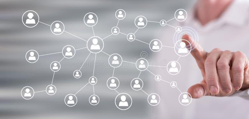 Homme touchant un réseau social de media images stock