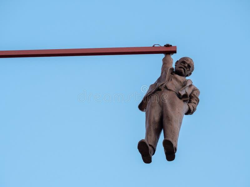 Homme traînant la statue à Prague photos stock