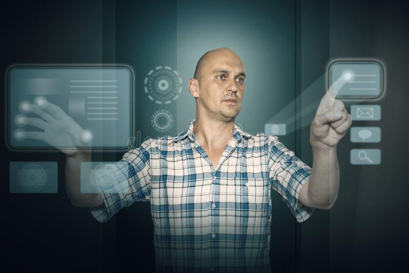 Homme travaillant à l'écran de tuch images stock