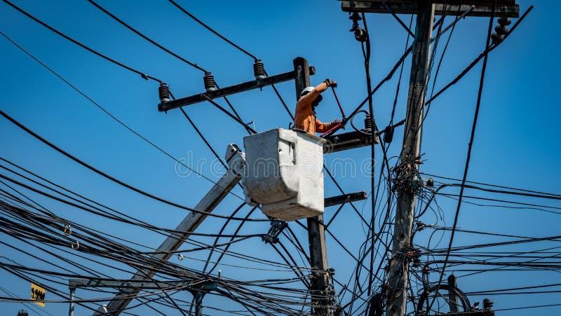 Download Homme Travaillant Avec Le Poteau De Ligne électrique Image stock - Image du réparation, homme: 87704101