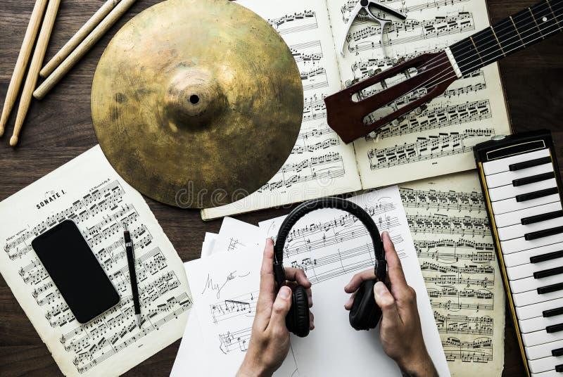 Homme travaillant avec les notes musicales images stock