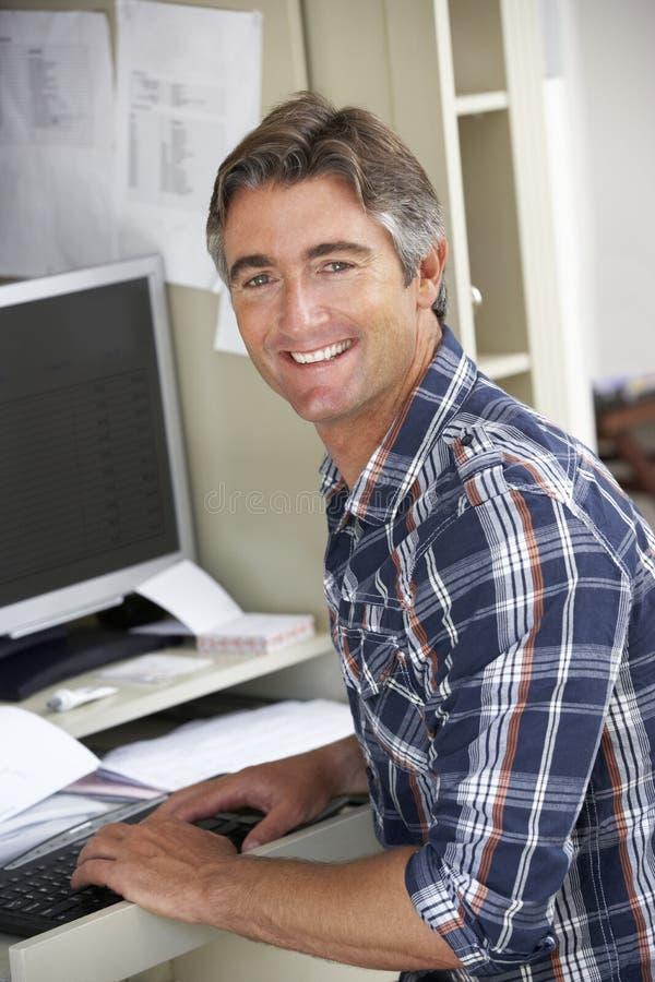 Homme travaillant dans le Home Office photo libre de droits