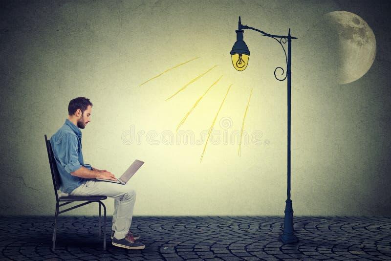 Homme travaillant de longues heures utilisant l'ordinateur portable photos libres de droits