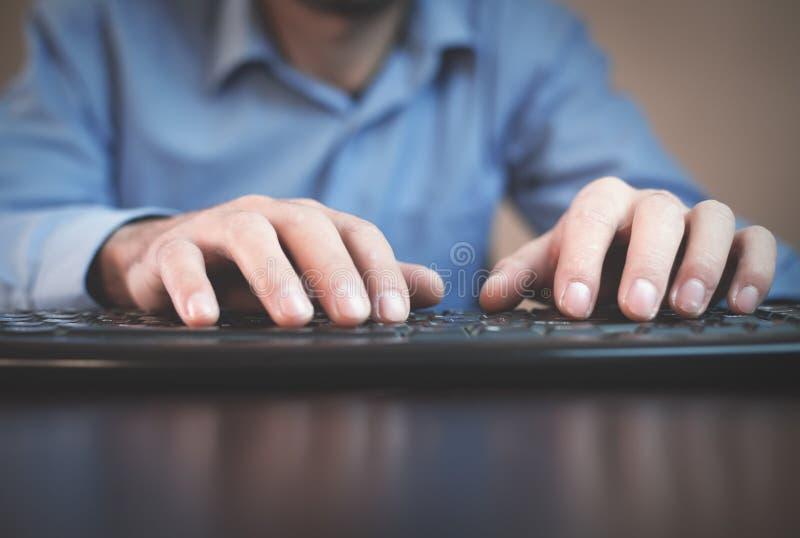 Homme travaillant sur l'ordinateur photographie stock libre de droits