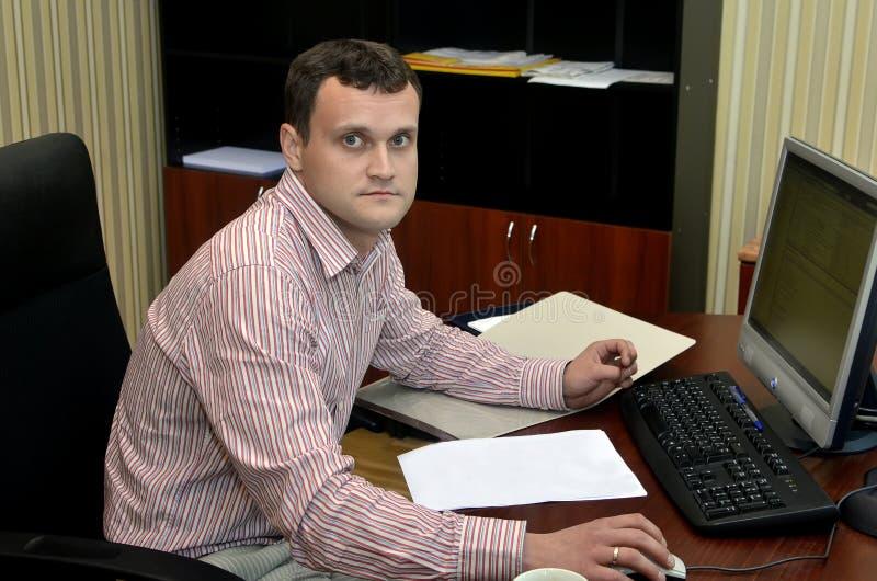 Homme travaillant sur un ordinateur photos libres de droits