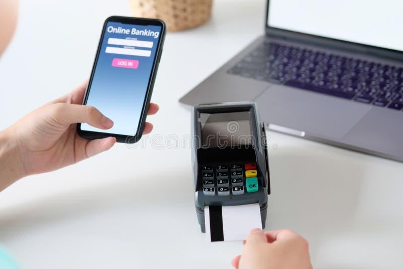 Homme travaillant sur un ordinateur portable et une carte de crédit d'utilisations, affaires et main photo stock