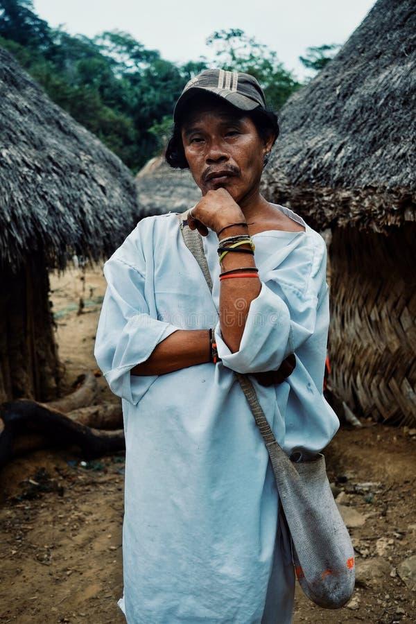 Homme tribal de kogi devant les bâtiments cérémonieux au milieu du cloudfor photo libre de droits