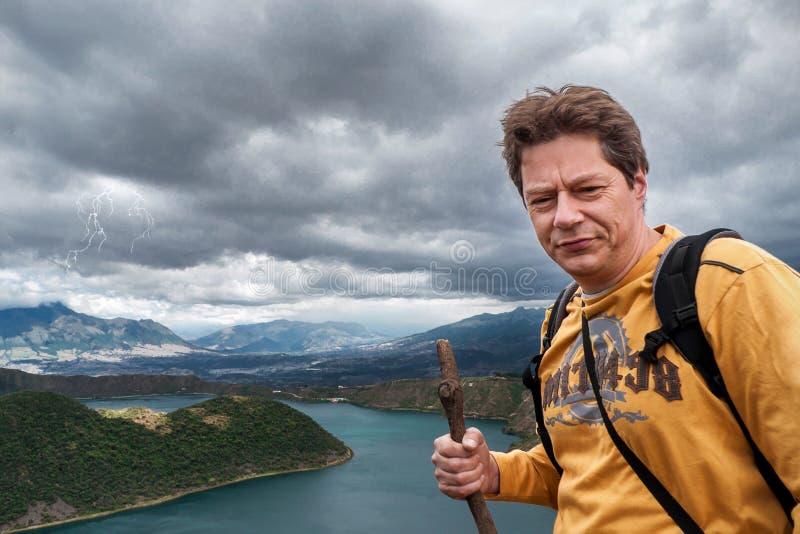 Homme trimardant dans les Andes image stock