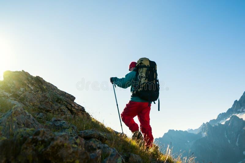Homme trimardant en montagnes images stock
