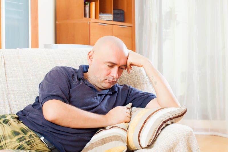 Download Homme triste à la maison photo stock. Image du personne - 45365430
