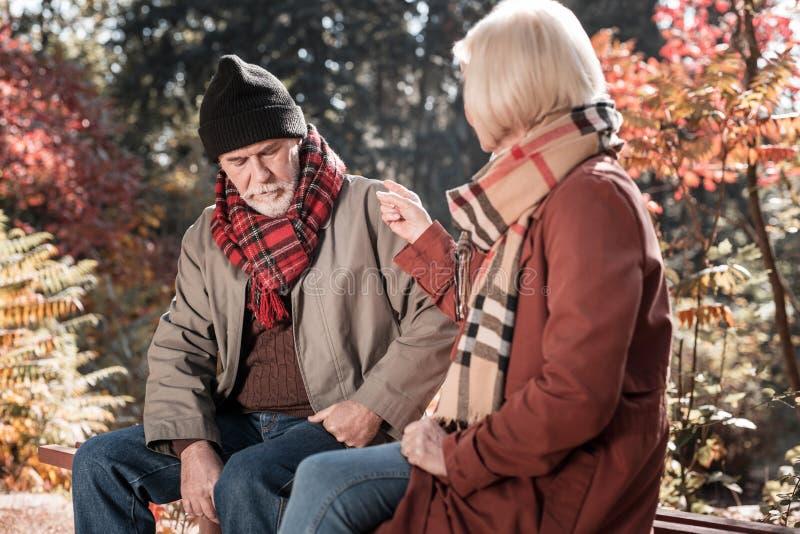 Homme triste déprimé écoutant son épouse photos stock