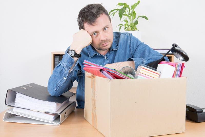homme triste d'affaires écarté de son travail de bureau photographie stock