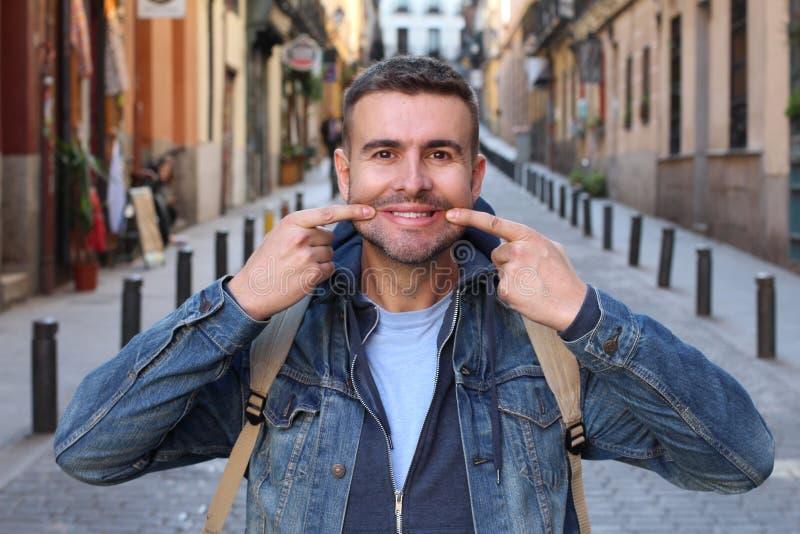 Homme triste essayant de sourire photos libres de droits