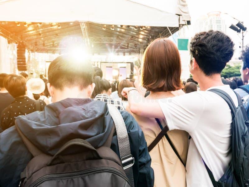 Homme triste et seul se tenant autour du concert près du jeune coup heureux images stock
