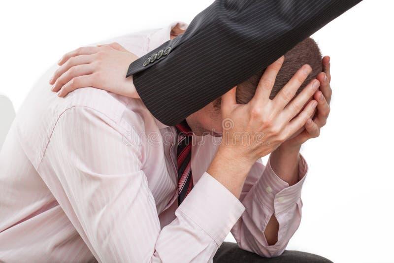 Homme triste et son ami utile photographie stock libre de droits