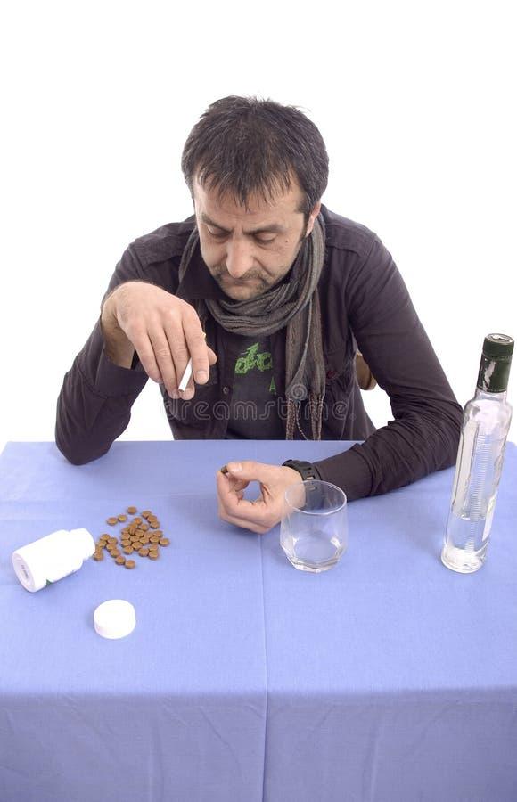 Homme triste expressif s'asseyant à la table photos libres de droits