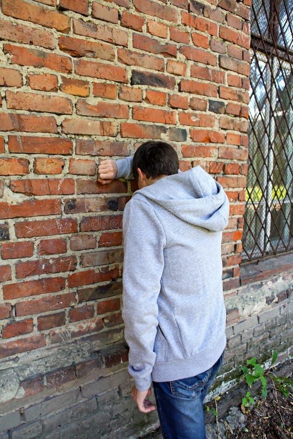 Homme triste par le mur image libre de droits