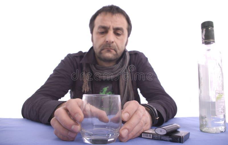 Homme triste s'asseyant à la table photo libre de droits