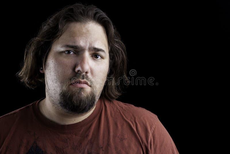 Homme triste sur le noir image stock