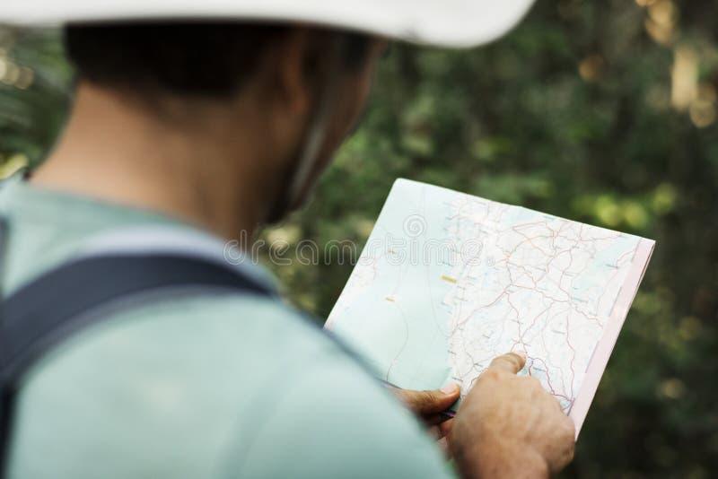 Homme trouvant la direction utilisant une carte photos libres de droits