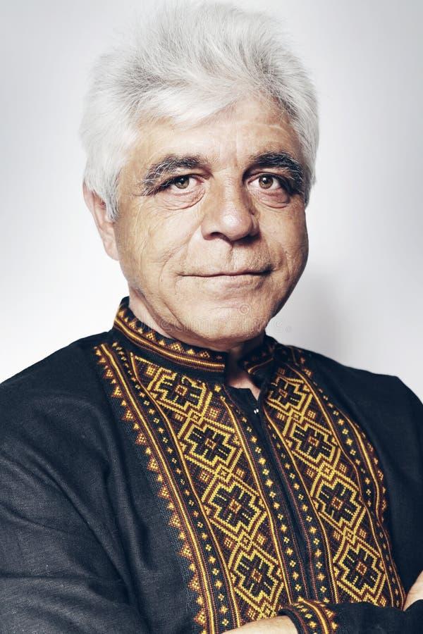 Homme ukrainien dans la chemise photo stock