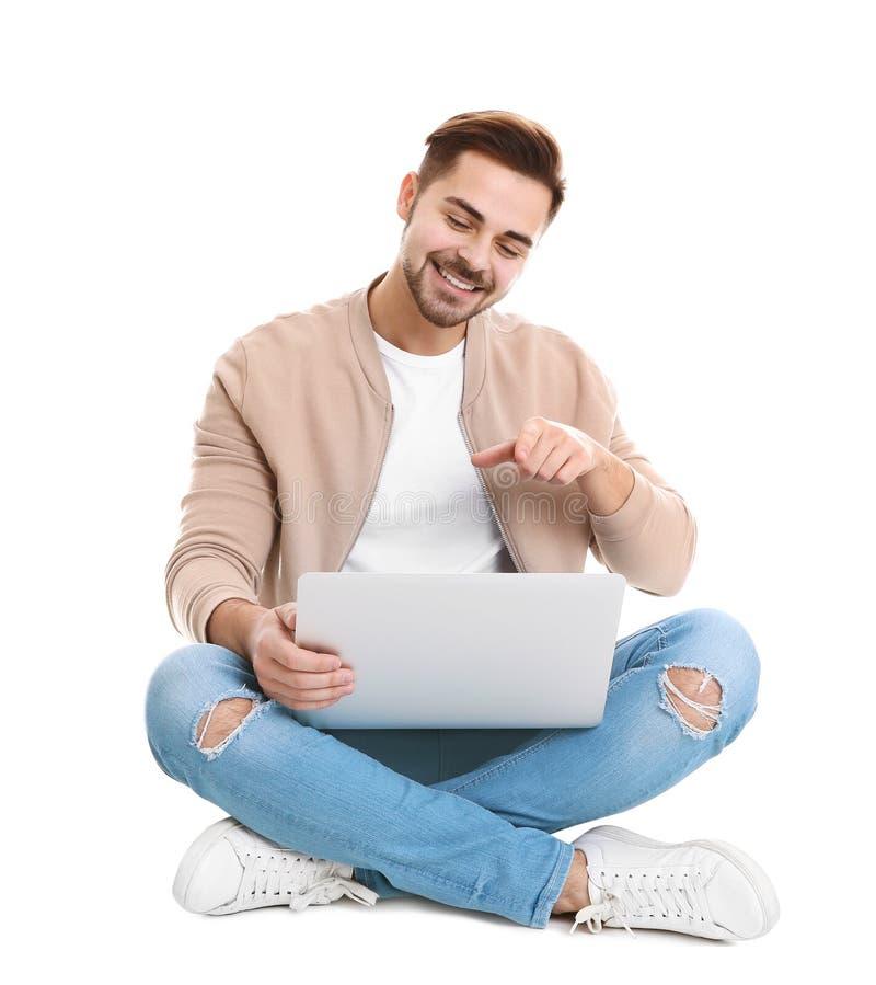 Homme utilisant l'ordinateur portable pour la causerie visuelle d'isolement photo stock