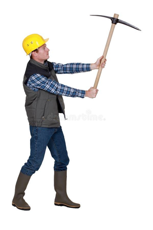 Homme utilisant la pioche photos libres de droits