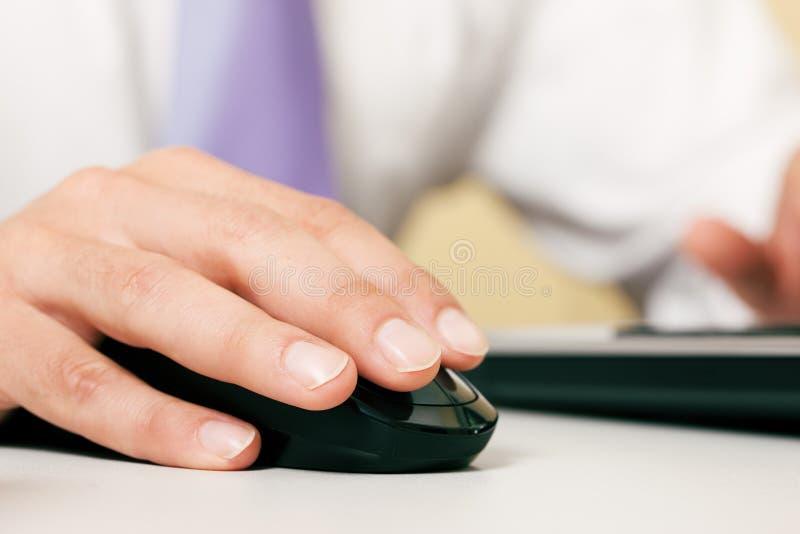 Homme utilisant la souris d'ordinateur photos libres de droits