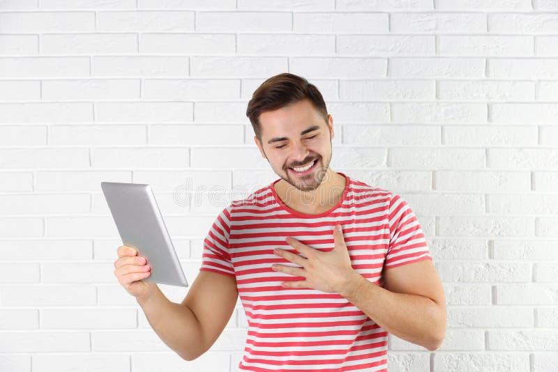 Homme utilisant le comprim? pour la causerie visuelle image stock